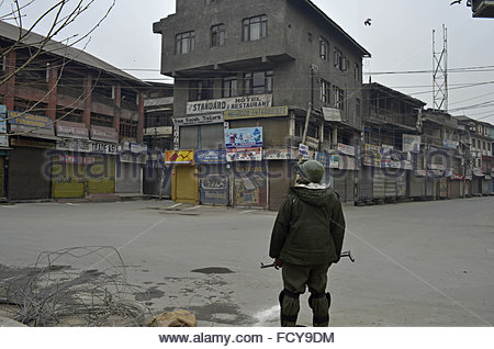 srinagar-kashmir-26th-january-2016-a-soldier-stands-in-front-of-an-fcy9dm